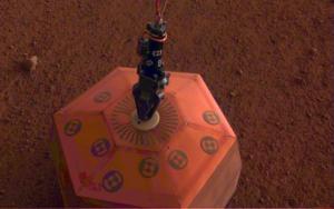 Το «InSight» τοποθέτησε τον πρώτο σεισμογράφο στην επιφάνεια του Άρη [pic]