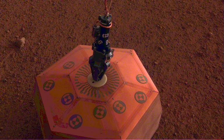 """Το """"InSight"""" τοποθέτησε τον πρώτο σεισμογράφο στην επιφάνεια του Άρη [pic]   Newsit.gr"""
