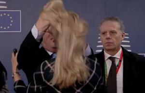 Ο Γιούνκερ… ξεμάλλιασε γυναίκα και μετά τη φίλησε, στη Σύνοδο Κορυφής! Video