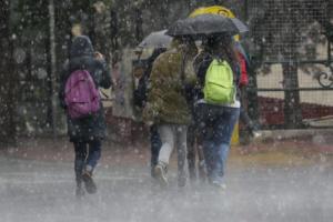 Καιρός: Καταιγίδες και χαμηλές θερμοκρασίες