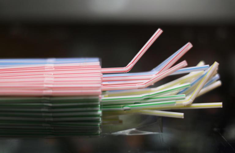 Τέλος καλαμάκια και πλαστικά πιάτα σε… δυο χρόνια | Newsit.gr