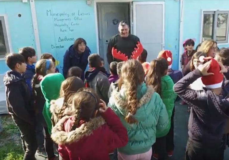 Λέσβος: Προσφυγόπουλα είπαν τα κάλαντα σε άπταιστα ελληνικά – Έκλεψαν τις εντυπώσεις – video | Newsit.gr