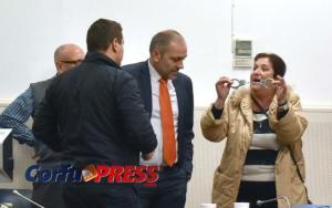 Κέρκυρα: Χειροπέδες, αυγά και γιαούρτια – Κόλαση στο δημοτικό συμβούλιο που τινάχτηκε στον αέρα [pics, video]