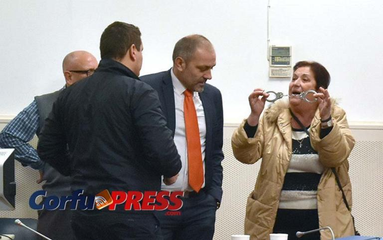Κέρκυρα: Χειροπέδες, αυγά και γιαούρτια – Κόλαση στο δημοτικό συμβούλιο που τινάχτηκε στον αέρα [pics, video] | Newsit.gr