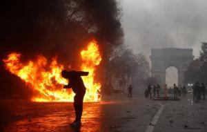 """Παρίσι: 363 συλλήψεις μετά τα βίαια επεισόδια με τα """"κίτρινα γιλέκα""""!"""