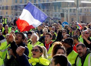 Έκκληση Μακρόν προς τα συνδικάτα για ηρεμία – Ετοιμάζουν νέες διαδηλώσεις τα «κίτρινα γιλέκα»
