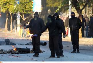 Κουκουλοφόροι καίνε την ελληνική σημαία στη Θεσσαλονίκη! video