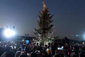 Συγκίνηση: Άναψαν το χριστουγεννιάτικο δέντρο στο Μάτι