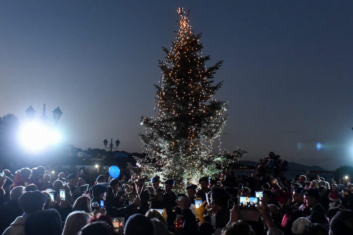 Συγκίνηση: Άναψαν το χριστουγεννιάτικο δέντρο στο Μάτι | Newsit.gr