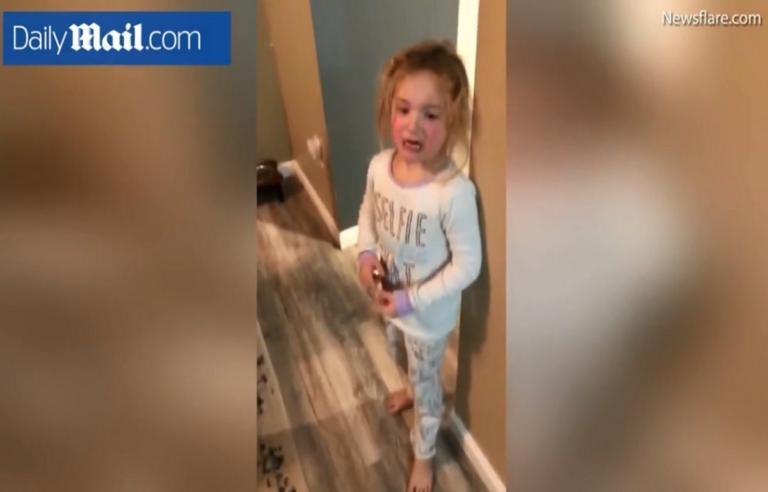 Η πιο ξεκαρδιστική κρίση ζήλιας! Ζητά να της δώσουν… πυρετό, γιατί έχει η αδερφή της – Video   Newsit.gr
