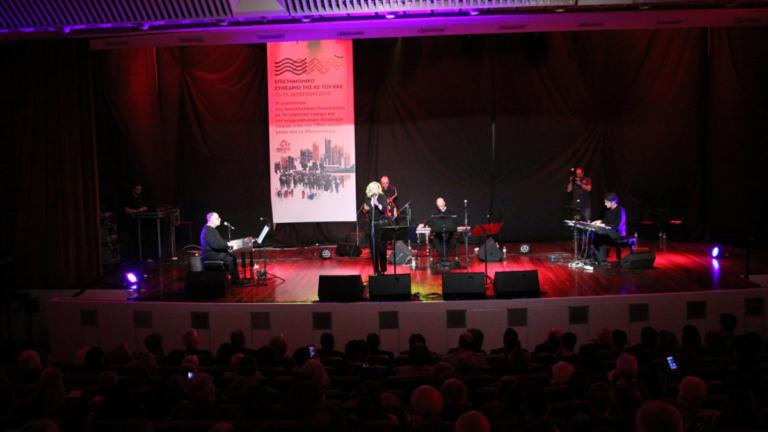 Συναυλία του Θάνου Μικρούτσικου στην έδρα της ΚΕ του ΚΚΕ   Newsit.gr