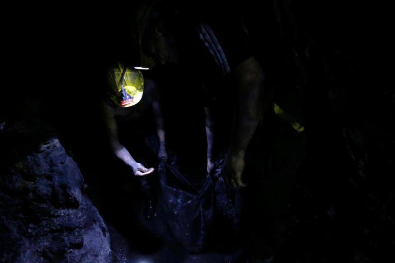 Ινδία: Αγωνία για εργάτες που παγιδεύτηκαν σε παράνομο ανθρακωρυχείο | Newsit.gr