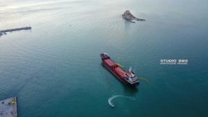 Επιχείρηση αποκόλλησης του πλοίου που προσάραξε στο Ναύπλιο – video