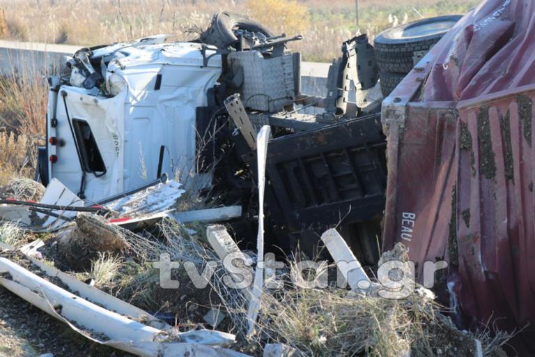Ανατράπηκε νταλίκα στην Εθνική – Από θαύμα ζει ο οδηγός – Σοκαριστικές εικόνες | Newsit.gr