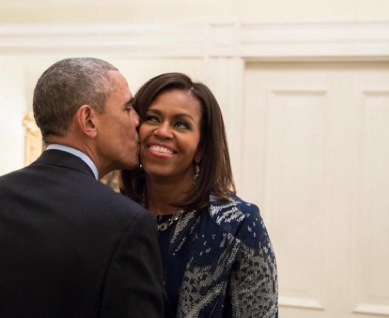 Το τρυφερό φιλί του Μπαράκ Ομπάμα στην Μισέλ… κάτω από το γκυ!   Newsit.gr