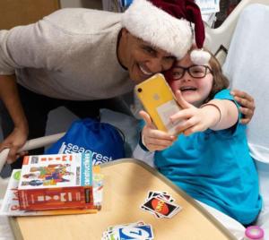 Ομπάμα… Άγιος Βασίλης, μοίρασε δώρα και χαμόγελα σε άρρωστα παιδάκια