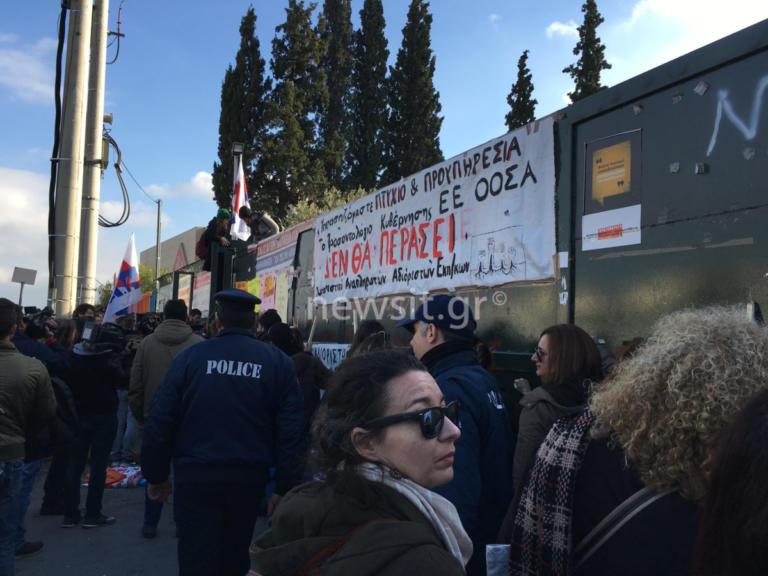 Ένταση στο υπουργείο Παιδείας στην συγκέντρωση της ΟΛΜΕ [video] | Newsit.gr