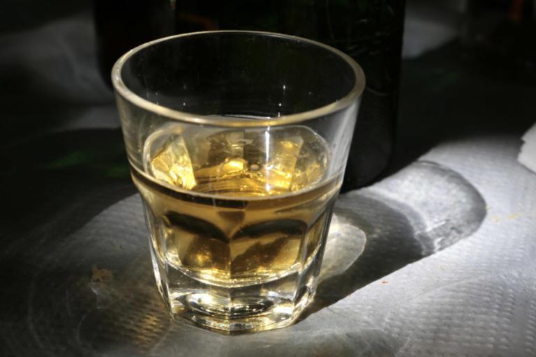 Ηράκλειο: Το αλκοόλ έστειλε στο νοσοκομείο 17χρονο μαθητή – Κατέρρευσε μπροστά στους φίλους του! | Newsit.gr