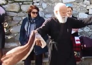 Σέρρες: Ο παπάς που χορεύει για τη Μακεδονία – Στα 80 του χρόνια μπήκε πρώτος και έδωσε το σύνθημα – video