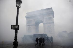"""Κερδίζουν τα """"κίτρινα γιλέκα"""" – Επιτάχυνση της μείωσης των φόρων ζητά ο Γάλλος ΥΠΟΙΚ"""