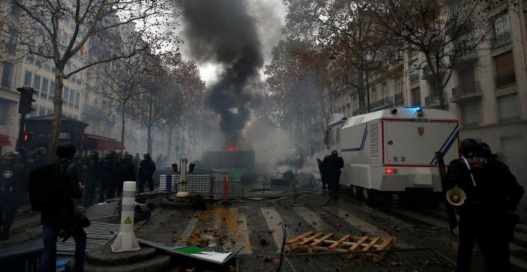 Με την πλάτη στον τοίχο ο Μακρόν, μετά τις σκηνές χάους στο Παρίσι! Έκτακτη σύσκεψη στο Ελιζέ | Newsit.gr