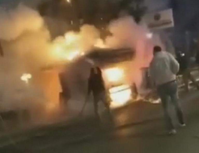 Εύβοια: Περαστικοί τρέχουν με κουβάδες για να σώσουν φλεγόμενο περίπτερο – Το βίντεο κατά τη διάρκεια της φωτιάς!   Newsit.gr