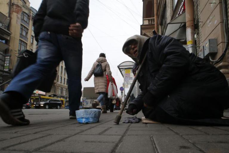Ρωσία: Σεφ μοιράζουν σούπες σε αστέγους στην Αγία Πετρούπολη | Newsit.gr