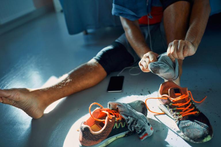 Έπαθε πνευμονική λοίμωξη επειδή… μύριζε τις κάλτσες του – Τι να προσέχετε!   Newsit.gr