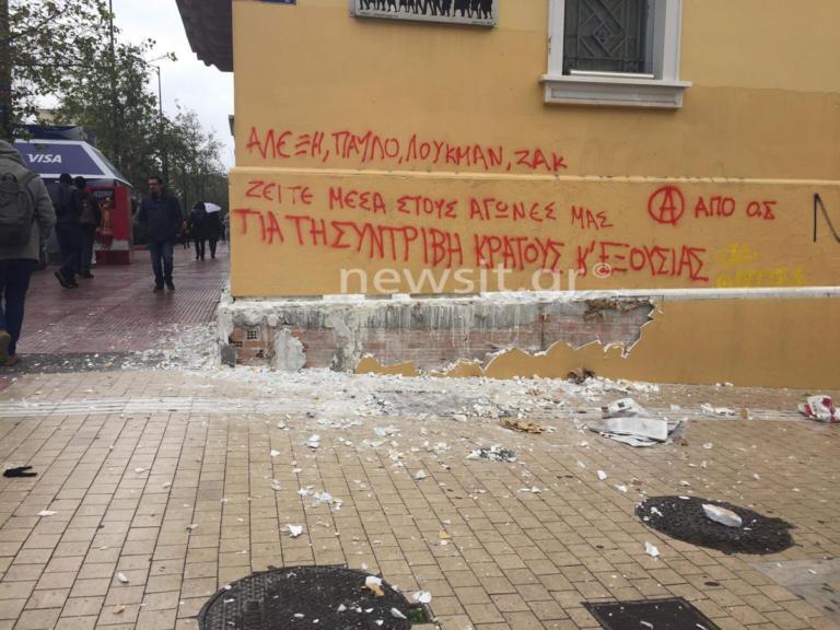 Πορεία – Γρηγορόπουλος: Πετροπόλεμος με τα ΜΑΤ στην πλατεία Κλαυθμώνος | Newsit.gr