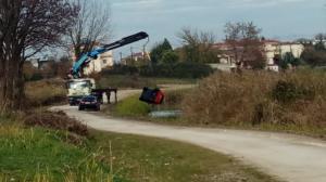 Τρίκαλα: «Βουτιά» στο ποτάμι με το αυτοκίνητο! [pic]