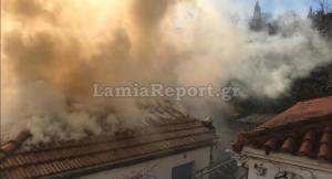 Τον «έπνιξαν» οι καπνοί – Καρέ καρέ η μάχη πυροσβέστη με τη φωτιά στη Λαμία – video