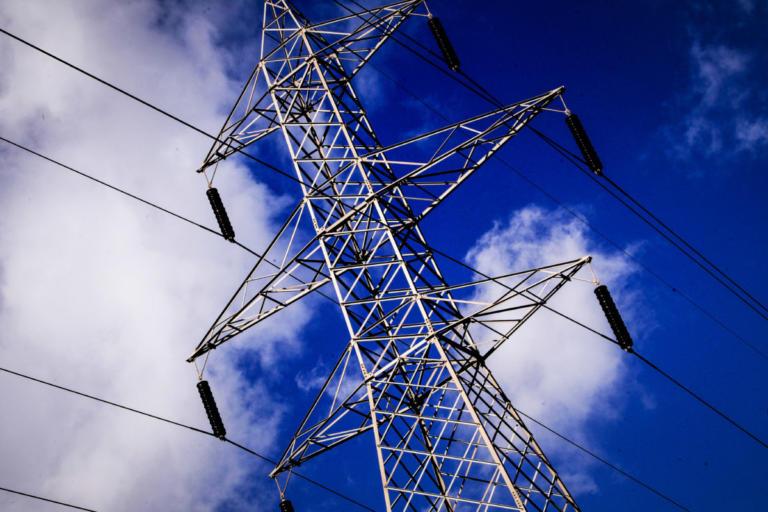 Επανασυνδέσεις ρεύματος σε φτωχά νοικοκυριά ανακοίνωσε το ΥΠΕΝ