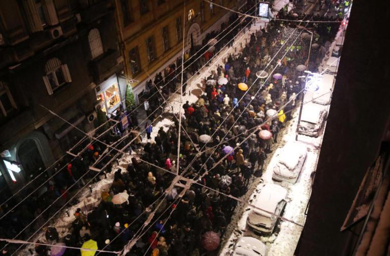 Χιλιάδες διαδηλωτές στους δρόμους του Βελιγραδίου κατά του προέδρου Βούτσιτς   Newsit.gr