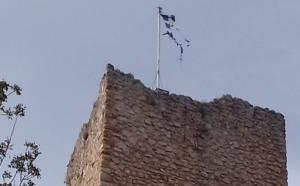 Εικόνες ντροπής με σκισμένη ελληνική σημαία στο κάστρο της Βόνιτσας