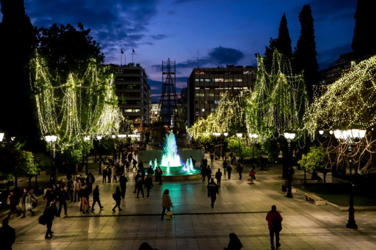Το κέντρο της Αθήνας στολίστηκε για τα Χριστούγεννα! [pics] | Newsit.gr