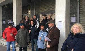 Λάρισα: Μπλόκο συνταξιούχων σε κεντρική τράπεζα – Μόνο οι υπάλληλοι μέσα στο υποκατάστημα [pics, video]