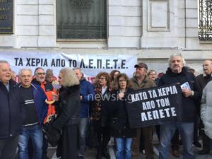 Συνταξιούχοι απέκλεισαν τα κεντρικά της Εθνικής Τράπεζας