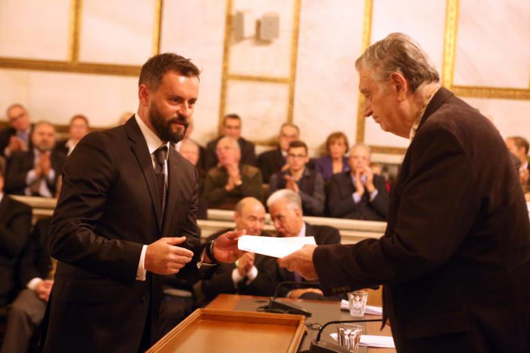 Η Ακαδημία Αθηνών βράβευσε τον ήρωα οδηγό ταξί που έσωσε ανάπηρη τουρίστρια | Newsit.gr
