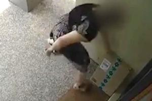 Άκαρδη! Έκλεψε το χριστουγεννιάτικο δώρο ενός μικρού παιδιού και εξαφανίστηκε! – video