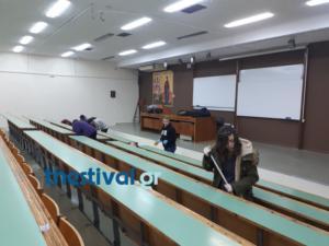 Θεσσαλονίκη: Φοιτητές με σκούπα και φαράσι στο ΑΠΘ – Καθαρίζουν αντί να κάνουν μάθημα [pics, video]