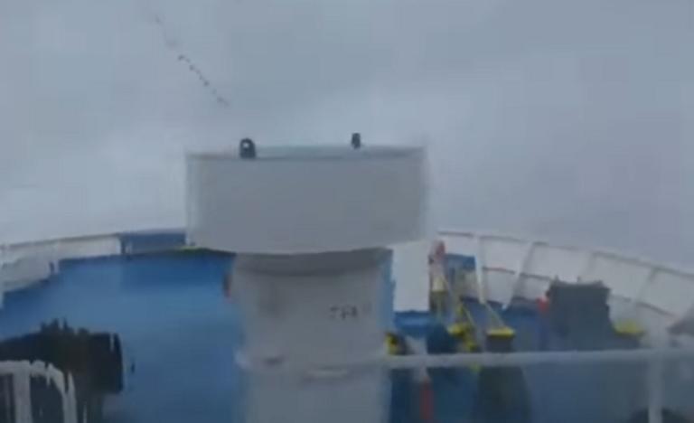 """Μύκονος: Η στιγμή που πελώρια κύματα σκεπάζουν το """"Fast Ferries Andros"""" – Χάθηκε το κατάστρωμα – video   Newsit.gr"""