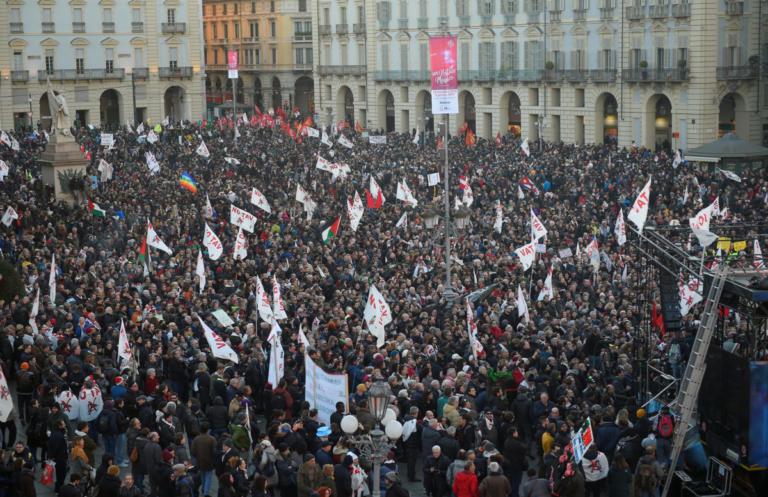 Τορίνο: Λαοθάλασσα ενάντια στην σιδηροδρομική σύνδεση με την Λιόν [pics] | Newsit.gr
