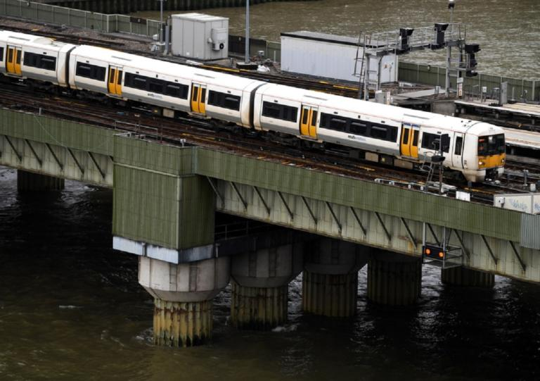Τραγικό δυστύχημα στο τρένο! Γυναίκα πλήρωσε με τη ζωή της μια παράτολμη κίνηση!   Newsit.gr