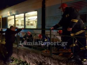 Λαμία: Τον παρέσυρε τρένο και έζησε – Η στιγμή που οι διασώστες φτάνουν στις ράγες [pics, video]