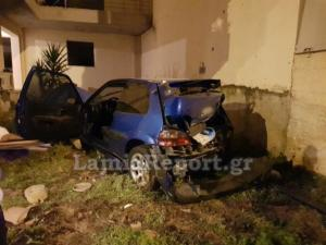 Λαμία: Χαροπαλεύει συνοδηγός αυτοκινήτου μετά από σοβαρό τροχαίο – Το όχημα κατέληξε σε αυλή σπιτιού [pics]