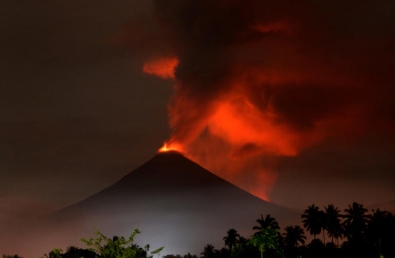 Ινδονησία: Έκρηξη ηφαιστείου και τσουνάμι! 62 νεκροί και 584 τραυματίες – video