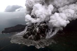 Ινδονησία – Τσουνάμι: Η έκρηξη του ηφαιστείου μια μέρα πριν την καταστροφή