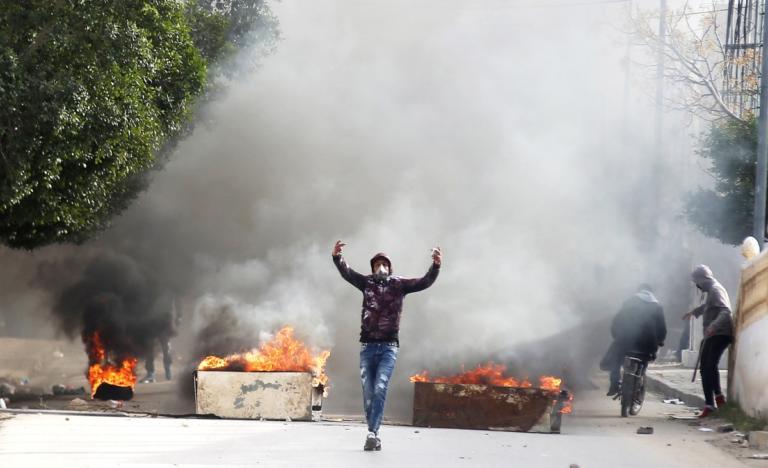 Τυνησία: Άγρια επεισόδια μετά την ταφή φωτορεπόρτερ που αυτοπυρπολήθηκε! | Newsit.gr