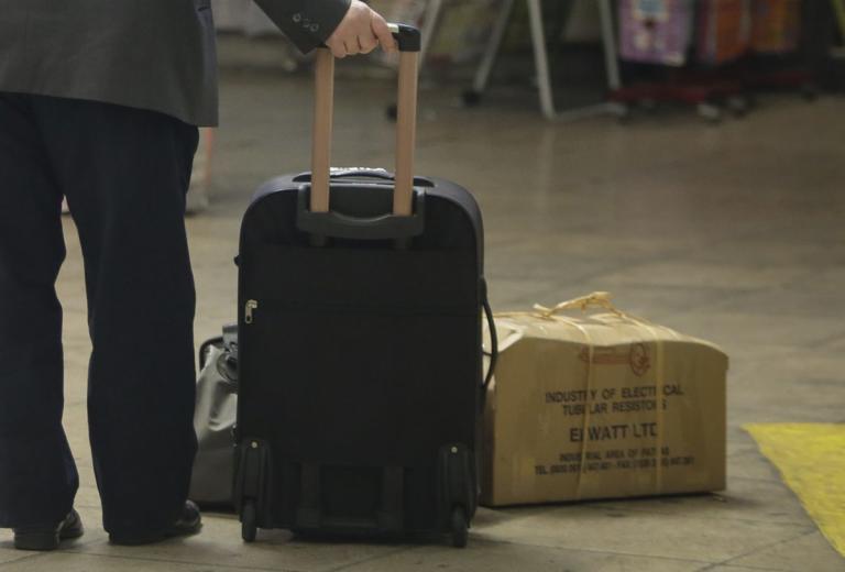 Λάρισα: Έβγαλε εισιτήριο και του πέρασαν χειροπέδες – Τον έκαψε η βαλίτσα που κρατούσε στα ΚΤΕΛ!   Newsit.gr