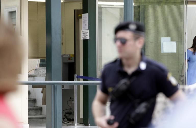 Βουλή: Μπάχαλο με τις συλλήψεις «φοροφυγάδων» επισκεπτών | Newsit.gr